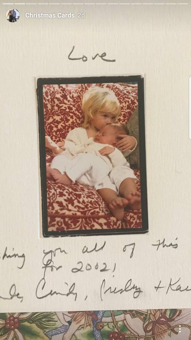 画像: 生まれたてのカイアに兄プレスリーがキス。 ©Cindy Crawford