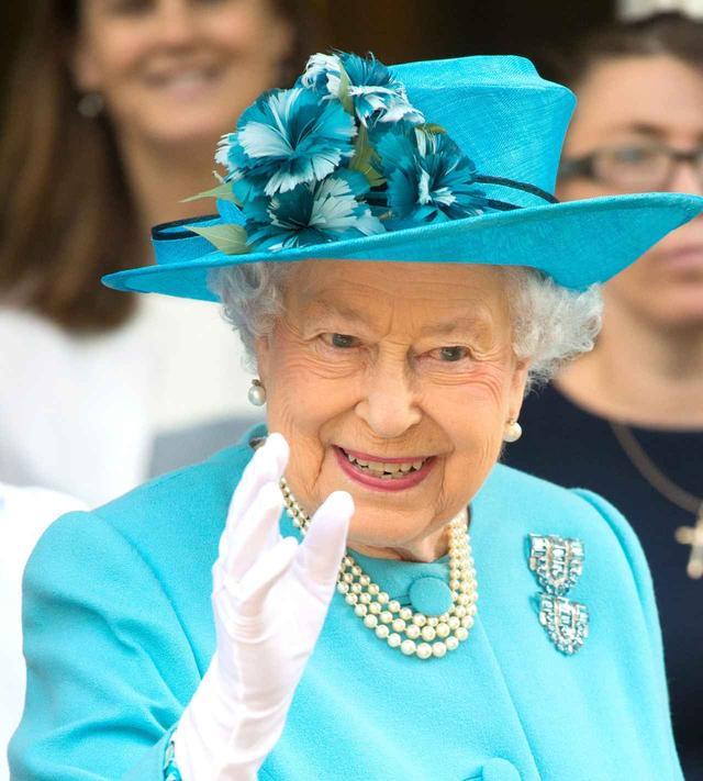 画像: ロンドンのタワー・ハムレット訪問。鮮やかな水色の洋服に合わせて、ハットとコサージュも同系色でまとめて。