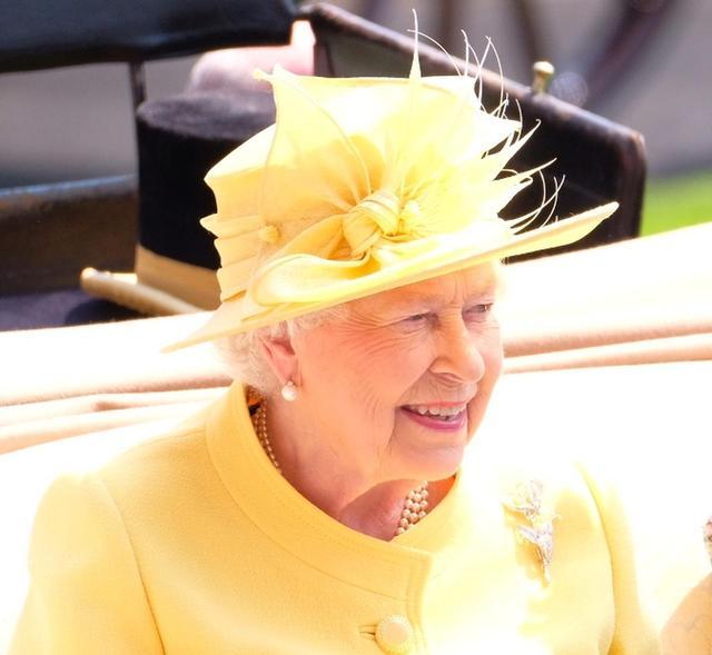 画像: ロイヤル・アスコット2日目の女王は、陽ざしに輝く鮮やかなイエローを着用。