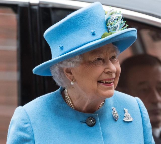 画像: チャールズ皇太子と王室騎兵乗馬連隊を訪れたこの日、女王の帽子にはいつものコサージュに加え、クラウンの周りにもデザインが施されていた。