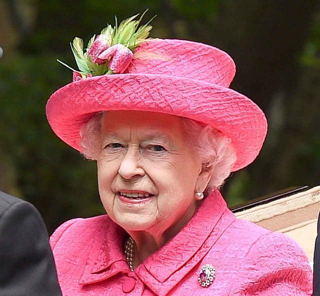 画像: 自身も乗馬をするエリザベス女王は、イギリス王室主催のロイヤル・アスコット3日目に、ひと際目を引くショッキングピンクのスタイルで登場。