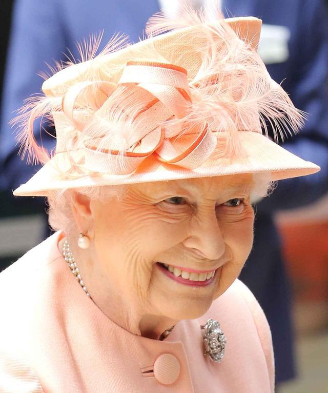 画像: フェザーがついた華やかなハットを被った女王は、イギリスの鉄道運行会社グレート・ウェスタン・レールウェーの創業175周年を記念したイベントに参加。