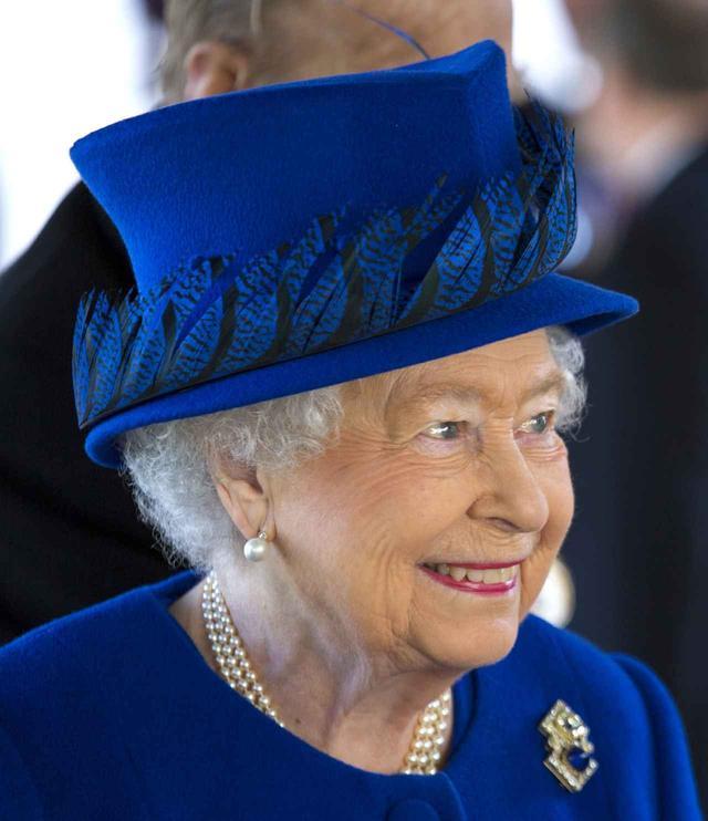画像: イラク・アフガニスタン戦没者追悼記念碑の序幕式に出席したエリザベス女王。品格が高いロイヤルブルーのハットで参加。