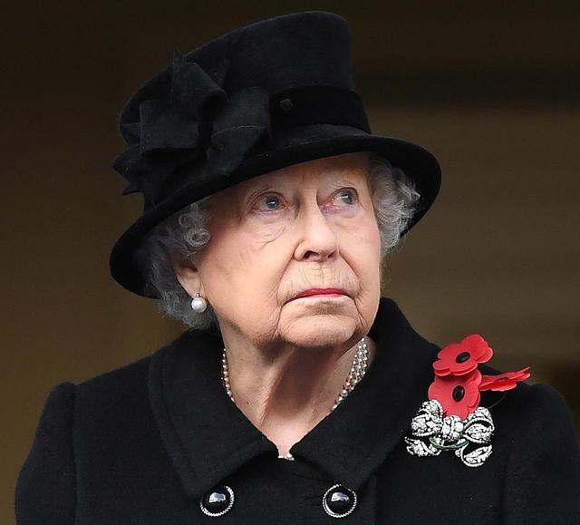 画像: 毎年11月に行われる戦死者を追悼するリメンバランスデーの行事に参加。日々カラフルな帽子を楽しむエリザベス女王も、毎年この日は黒い帽子を着用している。