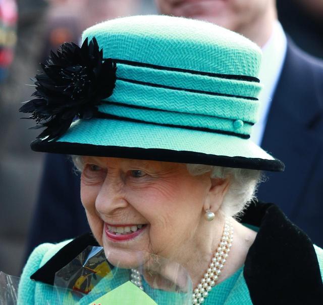 画像: 日曜礼拝に出かけた女王は、エメラルドグリーン×ブラックのハットをチョイス。