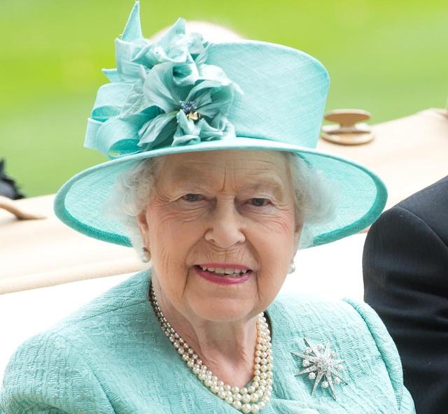 画像: 毎年6月にアスコット競馬場で開催される、イギリス王室が主催する競馬レースを観戦。ロイヤル・アスコットでは、女性のヘッドドレスかハットの着用がドレスコードとして定められている。