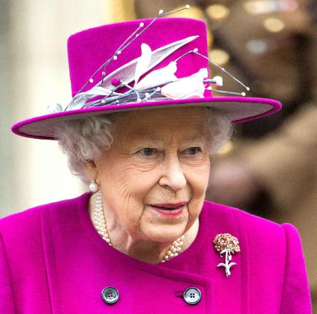 画像: 大英博物館を訪れた女王。この日の帽子のコサージュは、アーティスティックなものをチョイス。