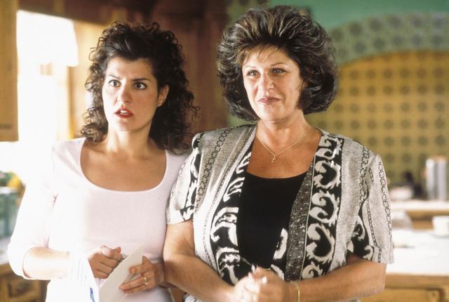 画像: 映画『マイ・ビッグ・ファット・ウェディング』でニア・ヴァルダロス演じる主人公トゥーラの母親マリアを演じたレイニー(写真右)。