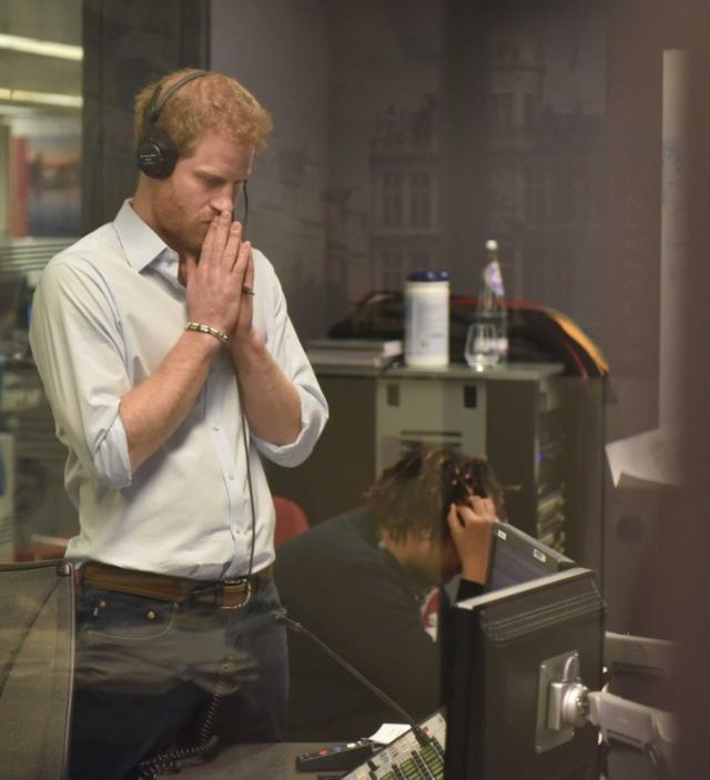 画像: ラジオ局で番組編集に取り組むヘンリー王子。©BBC Radio 4 Today/ Twitter