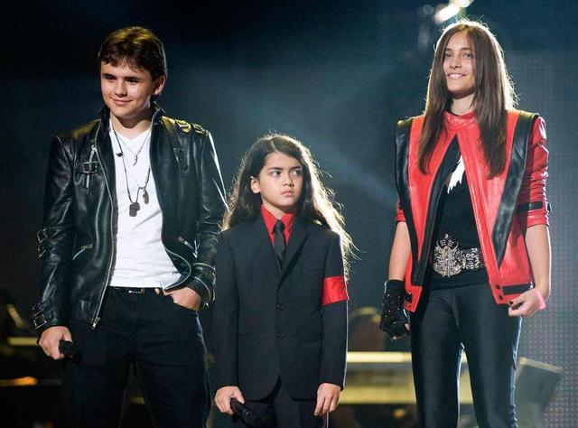 画像: 2011年に行われたマイケルの追悼コンサートのステージに登場した長男プリンス、次男ブランケット、長女パリス。