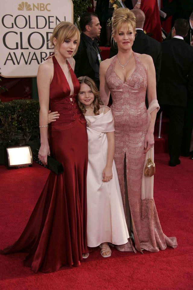 画像: 今や女優としても人気が高いダコタ・ジョンソン(左)も、実はミス・ゴールデン・グローブの経験がある。