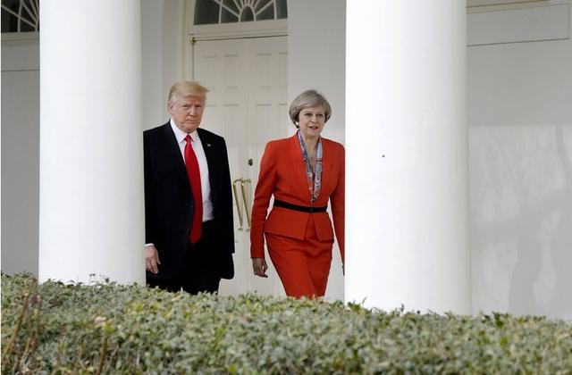 画像: 2016年1月にホワイトハウスでトランプ大統領と面会したメイ英首相。メイ首相の声明に対し、トランプ大統領はツイッター上で「テリーザ、私にフォーカスせず、イギリス国内で起きている破壊的なイスラム過激派のテロにもっと注意を払いなさい。私たちは上手くやっています」と反撃していた。