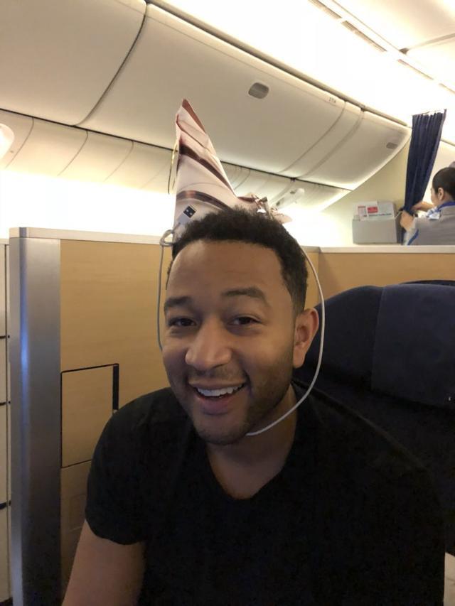 画像: LAに引き返したせいで、飛行機の機内で誕生日を迎えることになってしまったジョン。 ©Twitter/Chrissy Teigen
