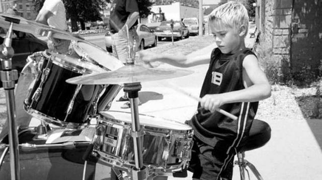 画像: 地元の劇場の前でドラムを演奏する幼い日のジャスティン。©STRATFORD PERTH MUSEUM