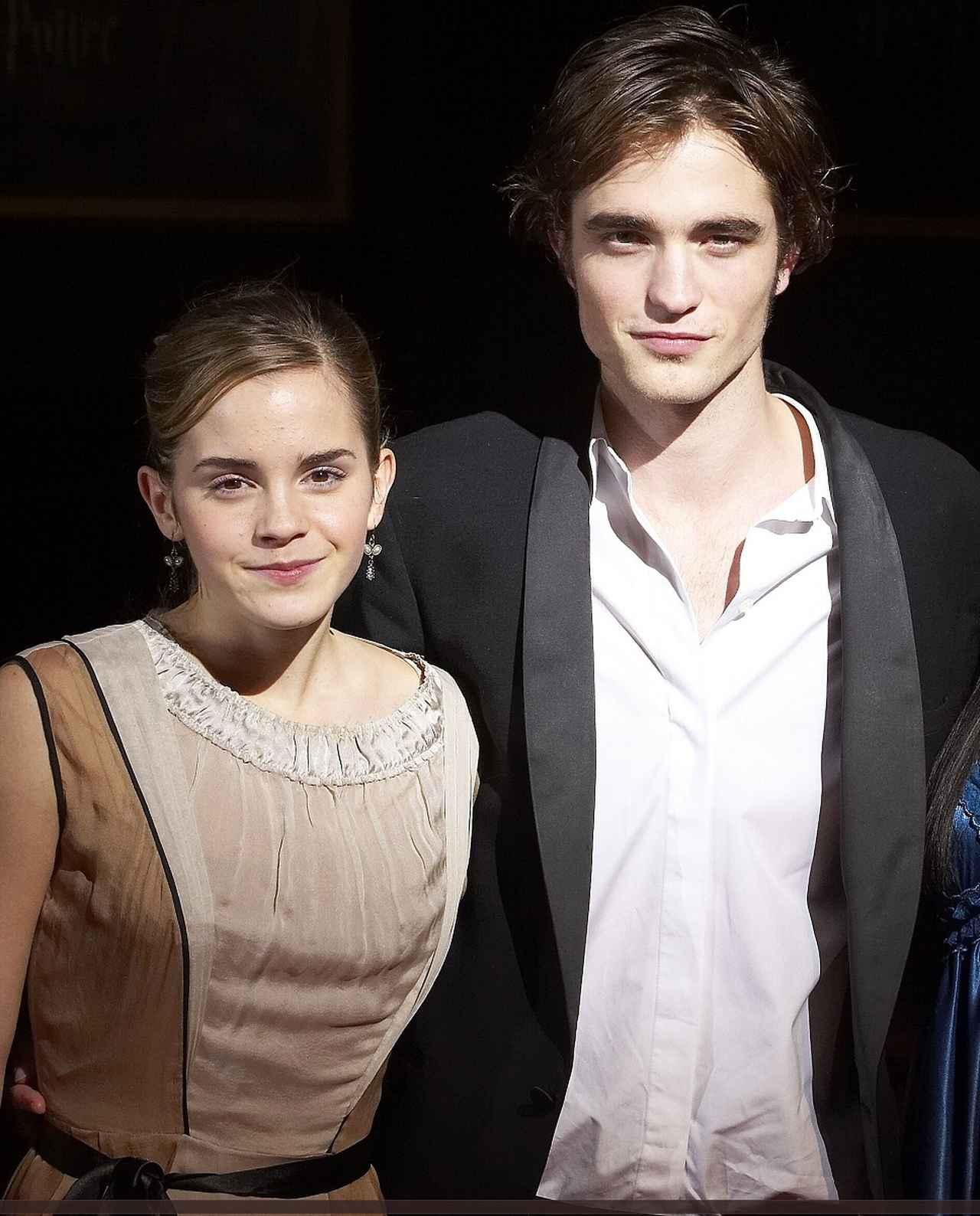 画像: 2005年のジャパン・プレミアでのエマとロバート。当時エマは15歳、ロバートは18歳だった。