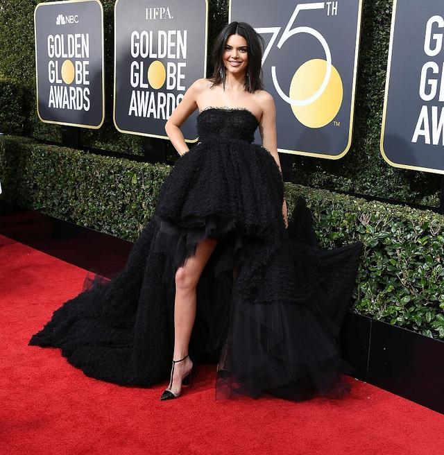 画像: 「ハイロードレス(High-low Dress)」は、スカートの前後で裾の長さが異なるデザインのドレス。スラリと伸びた美脚も話題に。