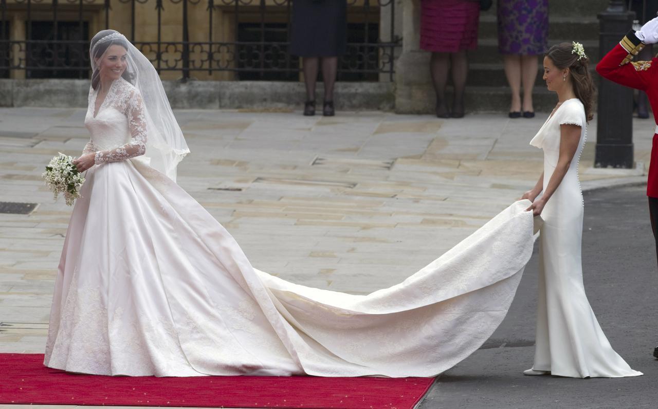 画像: キャサリン妃のドレスのトレーンを持っているのは妹のピッパ。