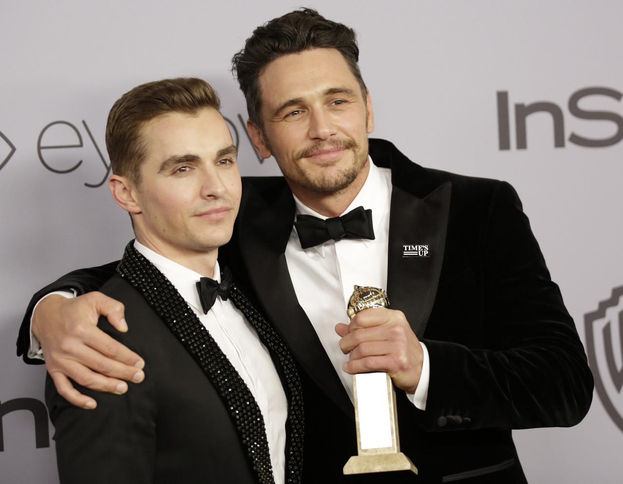 画像: 映画『ザ・ディザスター・アーティスト』で共演した弟で俳優のデイヴ・フランコと共にプレスルームに登場したジェームズ。