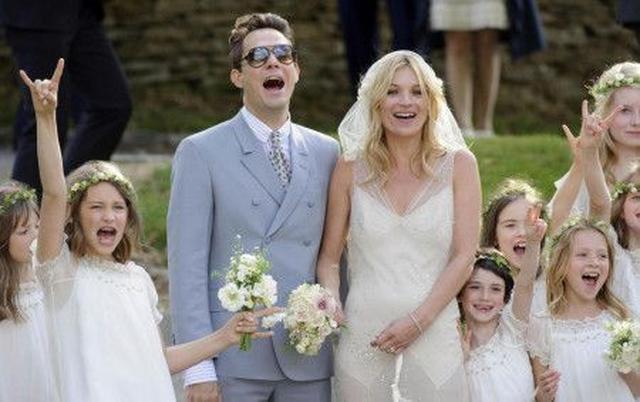 画像: アイリス(写真左でポーズしている女の子)は2011年に行われたケイトと夫のジェイミー・ヒンスの結婚式にもフラワーガールの1人として参加。ちなみにケイトとジェイミーは現在離婚調停中。