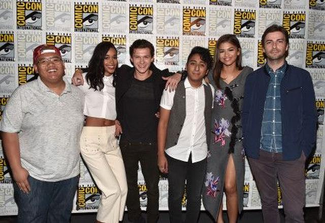 画像: 『スパイダーマン:ホームカミング』のキャストたち。左から3番目が、スパイダーマン役のトム・ホランド。一番右が、監督のジョン・ワッツ。