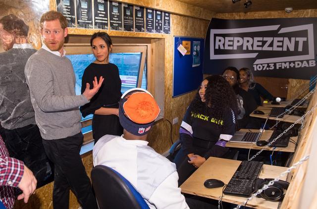 画像: ラジオ局内部での様子。