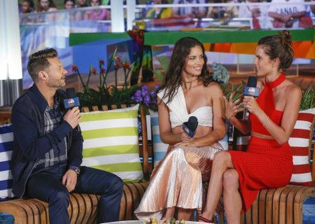 画像: アレッサンドラ・アンブロジオと一緒に、アメリカのテレビ番組に出演するアドリアナ。