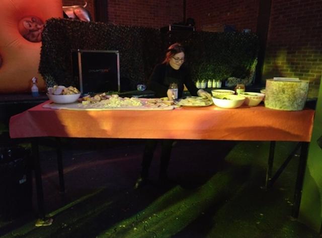 画像1: チーズの食べ放題イベントの初日に問題発生?!