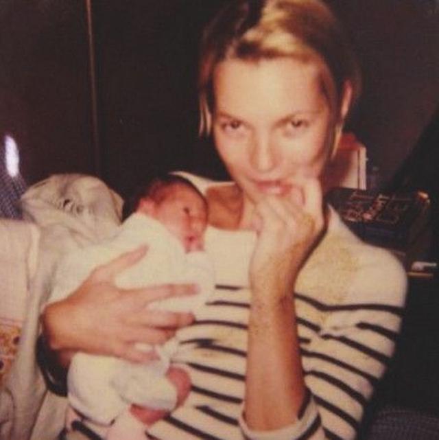 画像: 生後間もないアイリス。なんと、アイリスのゴッドマザーは母サディの親友でもあるトップ・モデルのケイト・モス。