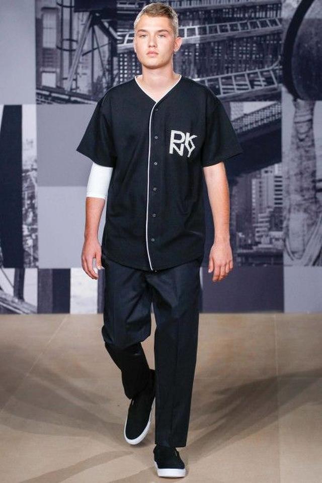 画像: 人気ブランドDKNYのランウェイを歩くラファーティ―。