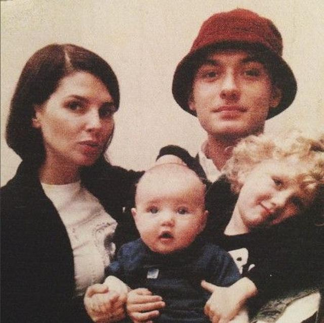 画像: 昔のジュード一家。金髪の巻き毛ボーイがラファーティ―で中央の赤ちゃんがアイリス。左が2人の母のサディ。サディとジュードは2003年に離婚しているものの、その後も関係は良好。