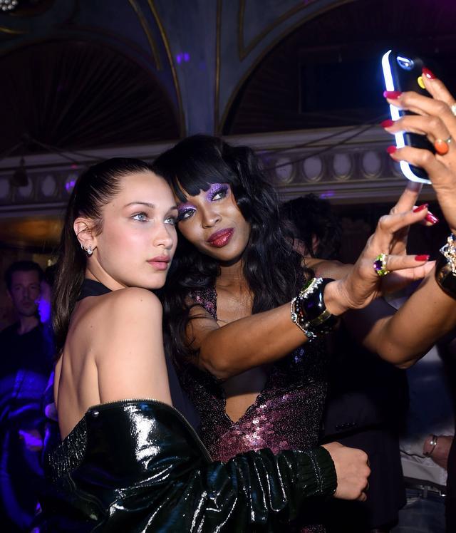 """画像: モデルのナオミ・キャンベルは後輩モデルのベラ・ハディッドとTY-LITEの""""クール""""モードの照明を使って2ショット撮影。"""