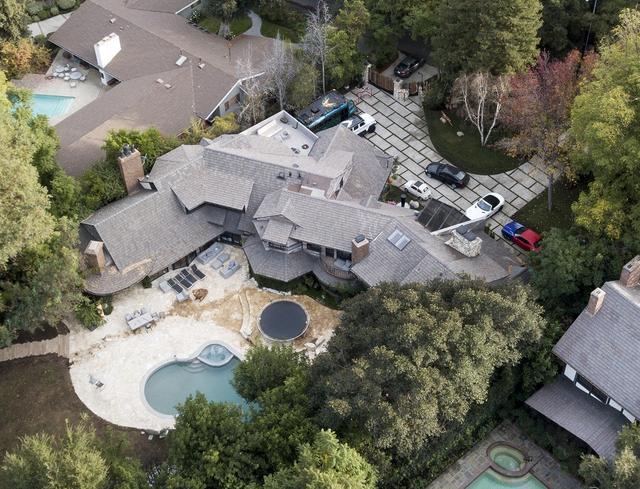 画像: 上空からの豪邸の写真。ベッドルーム7室、バスルーム9室、プール、ワインセラーなどを備えたラグジュアリーな物件。