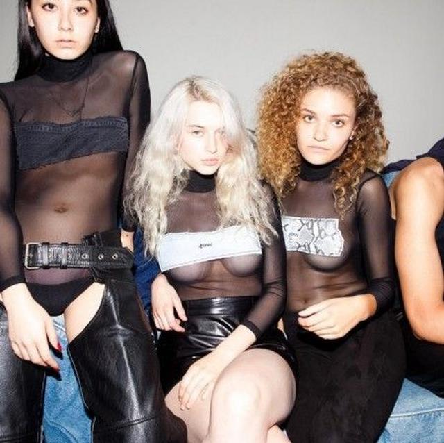 """画像: 透け素材で作られたハイネックの長袖ボディースーツは、胸元を隠すように縫い付けられたヴィンテージ・デニムやパイソン生地などのパッチが特徴。ブランドの頭文字""""smv""""が刺繍されている。 ⒸSami Miro"""