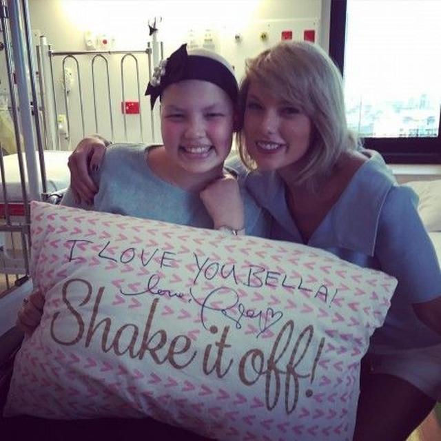 画像: テイラーの大ファンだという彼女は、枕にテイラーのサインと「あなたを愛しているわ、ベラ!」というメッセージをゲットし大喜び。 ©juicedtv