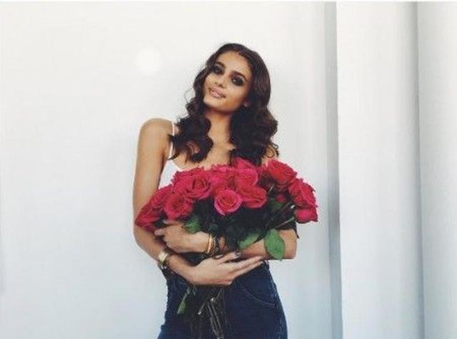 画像: バラの花束を持って就任を報告。