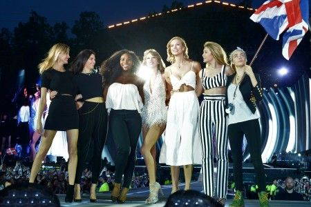 画像: ロンドン公演には、テイラーと仲が良いモデルのカーリー・クロス、カーラ・デルヴィーニュ、ジジ・ハディッド、ケンドル・ジェナー、マーサ・ハントやテニス選手のセリーナ・ウィリアムズが登場。