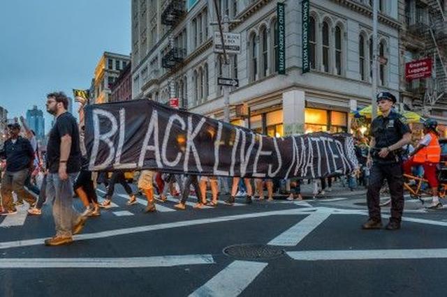 画像: 今週日曜に行われたNYでの抗議デモの様子。黒人系アメリカ人だけでなく、人種を問わずたくさんの人々が参加。