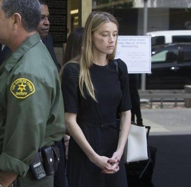 画像: アンバーは離婚申請後の5月、裁判所に仮の接近禁止命令を発行してもらった。