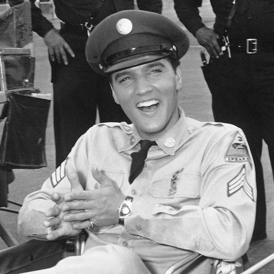 画像: 映画『ブルーハワイ』の撮影中のエルヴィス・プレスリー Elvis™ and Elvis Presley™ © 2017 ABG EPE IP LLC
