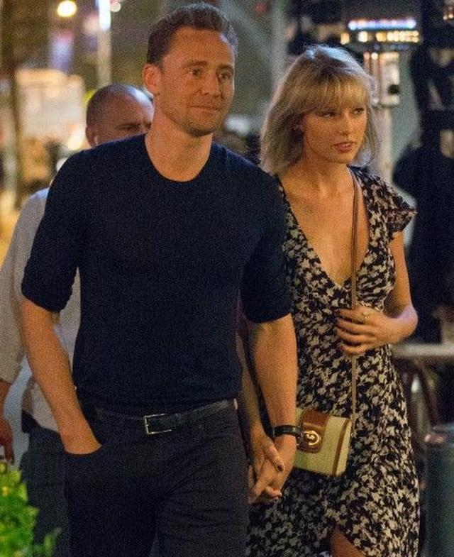 画像: ホテル近くのレストランに食事に出かけるテイラーとトム。