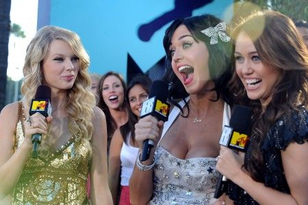 画像: MTVビデオミュージックアワードで、シンガーのマイリー・サイラス(右)と。