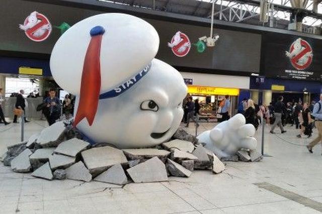 画像: ウォータールー駅に登場したマシュマロマン。
