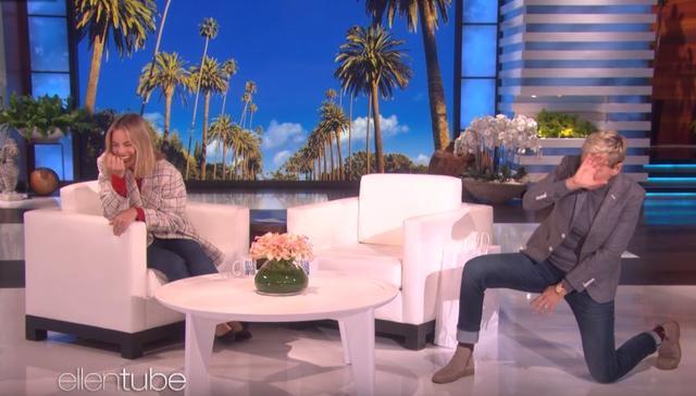 画像: その時の様子についてエレンが再現。 ©YouTube/The Ellen Show