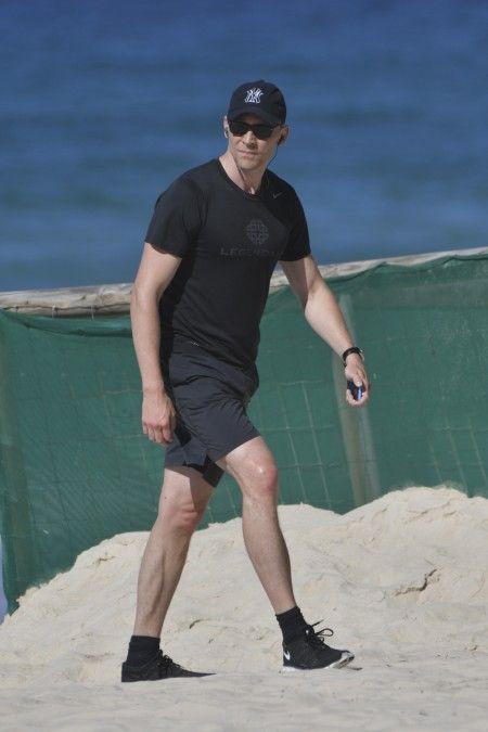 画像: テイラーをホテルの部屋に残し、ホテル前のビーチでランニングに出たトム。