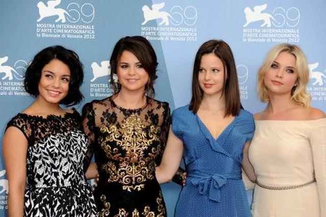 画像: 共演者たちと、ヴェネツイア国際映画祭にて。左からヴァネッサ・ハジェンズ、セレーナ、レイチェル・コリン、アシュレイ・ベンソン。
