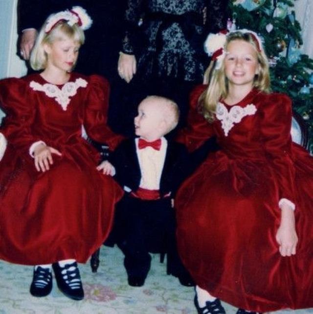 画像1: 幼少期の洋服はドレスが多め