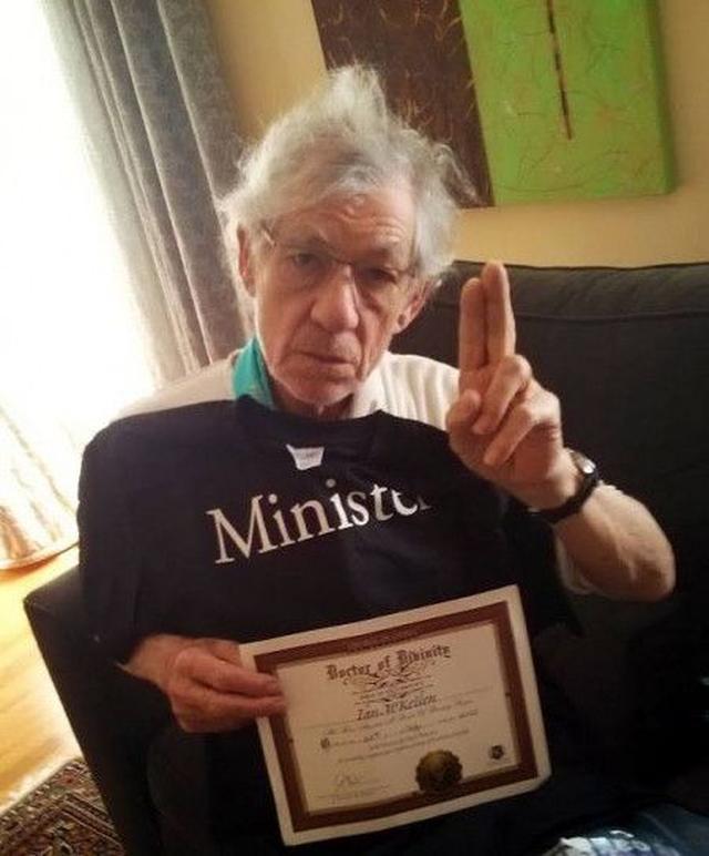 画像: イアンは、パトリックの結婚後、司祭の資格の証明書とともに「役目は果たした」とフェイスブックに写真を投稿した。
