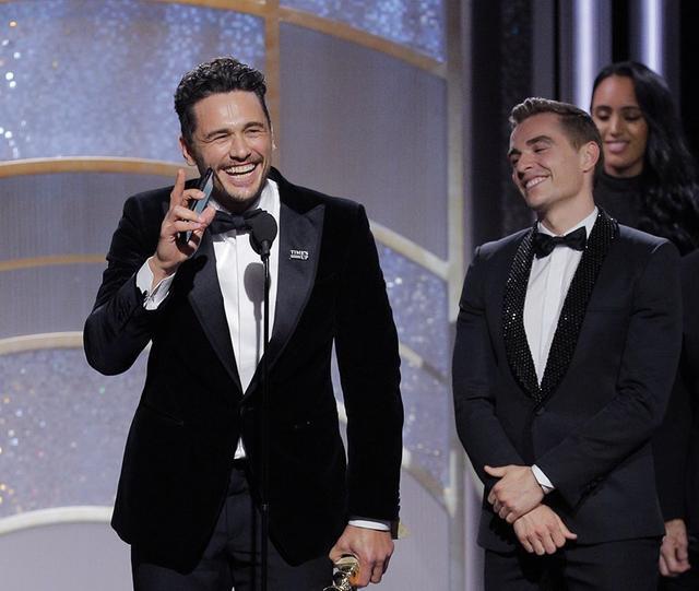 画像: ゴールデン・グローブ賞で受賞スピーチ中のジェームズ。
