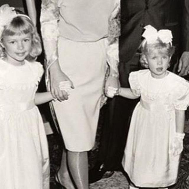 画像2: 幼少期の洋服はドレスが多め