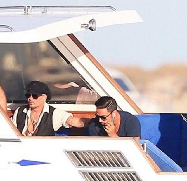 画像: 今週月曜(8月22日)は、スペインのイビサ島でヨットの上でリラックスしていたジョニー。